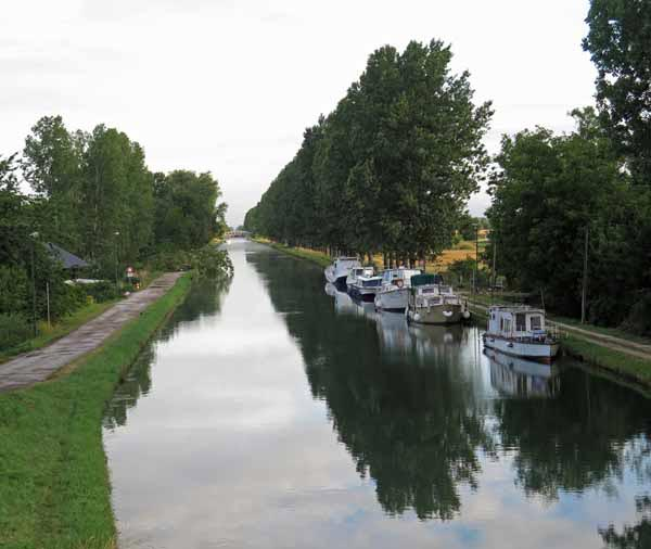 Walking in France: The start of a long day on the Canal de Bourgogne