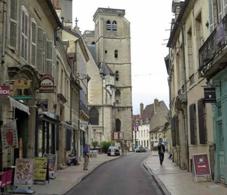 Walking in France: Approaching the Théâtre Dijon