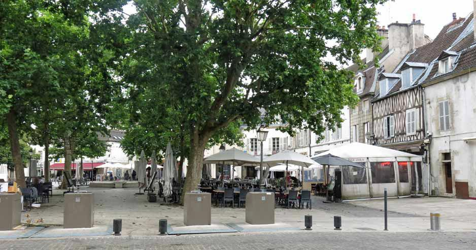 Walking in France: Place Emile Zola, and restaurants