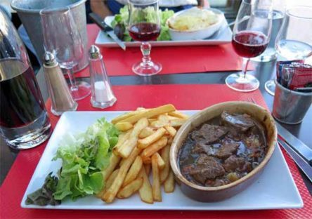 Walking in France: ... boeuf bourguignon with chips