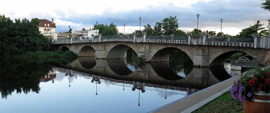Walking in France: The graceful bridge over the Sioule, St-Pourçain-sur-Sioule