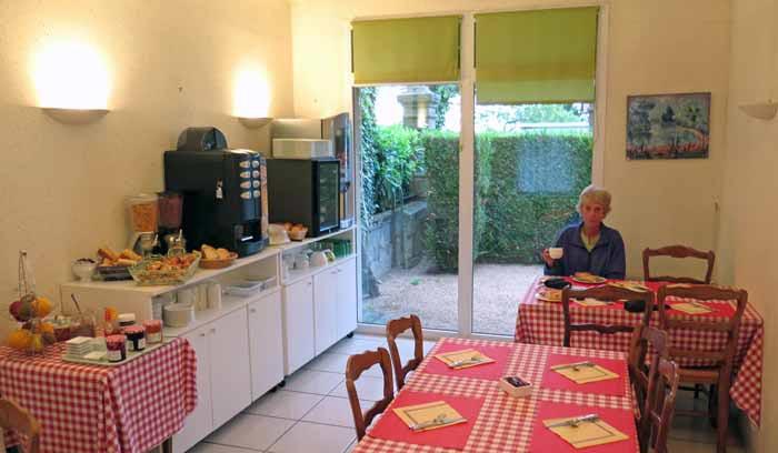 Walking in France: An early breakfast in Tronget