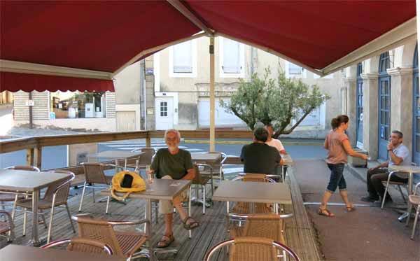 Walking in France: On the terrace of the Meridien, Toulon-sur-Arroux
