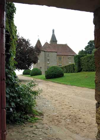 Walking in France: Peeping into the château of Beauvoir