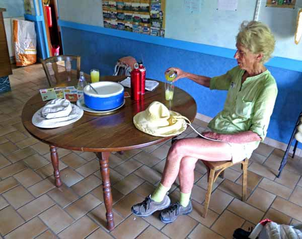 Walking in France: Saved in St-Palais! Two rounds of Orangina and a basin of crushed ice
