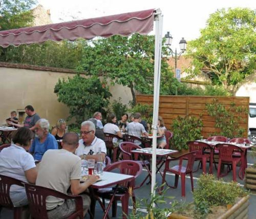 Walking in France: Dining at la Pizz, in a small carpark opposite the restaurant