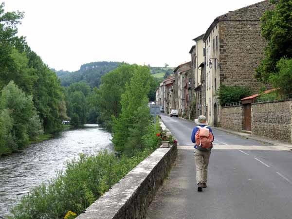 Walking in France: Leaving Lavoûte-Chilhac beside the Allier
