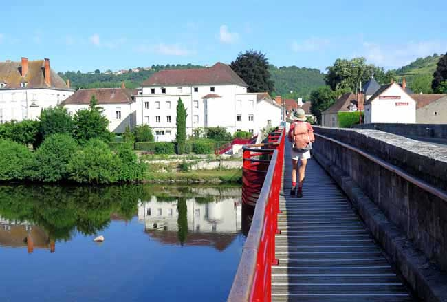 Walking in France: Crossing the Sioule to enter Ébreuil