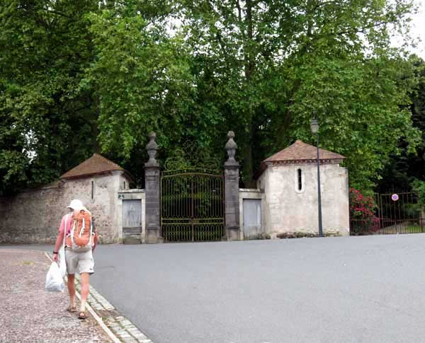 Walking in France: Passing the entrance to the château of Bellenaves on our retreat to the hotel