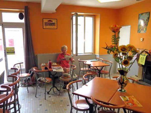Walking in France: Enjoying the open bar in Chemilly