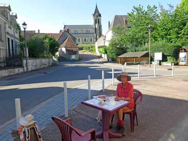 Walking in France: Enjoying the open bar in Chaulgnes