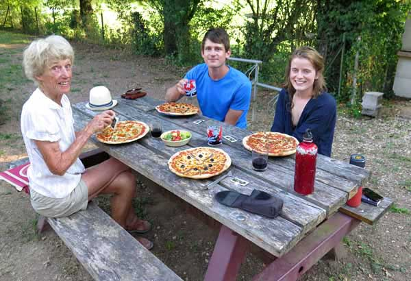 Walking in France: Pizzas for dinner with our new Dutch friends