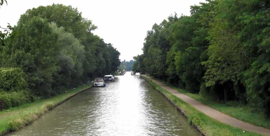 Walking in France: Looking back to the pont-canal in the distance