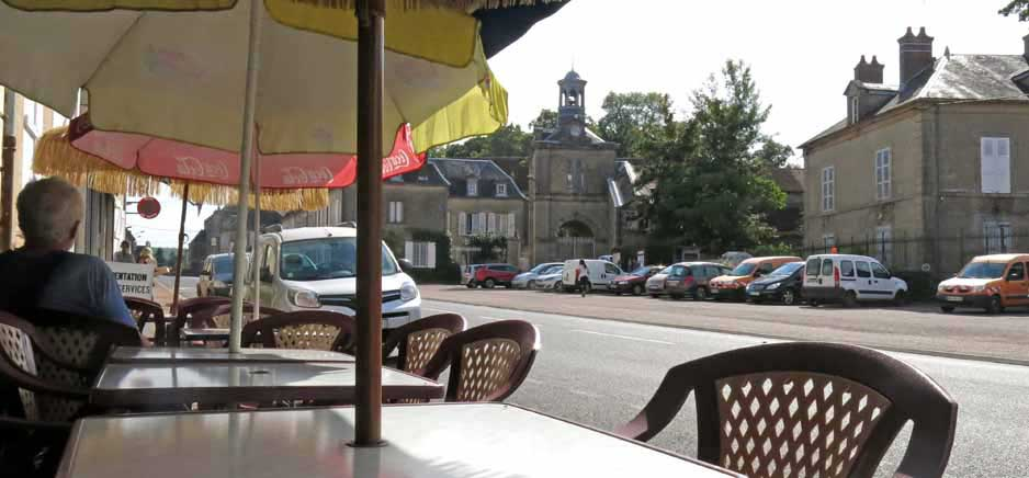 Walking in France: Admiring the pretty village of Champlemy