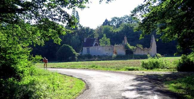 Walking in France: Ruin at Frasse