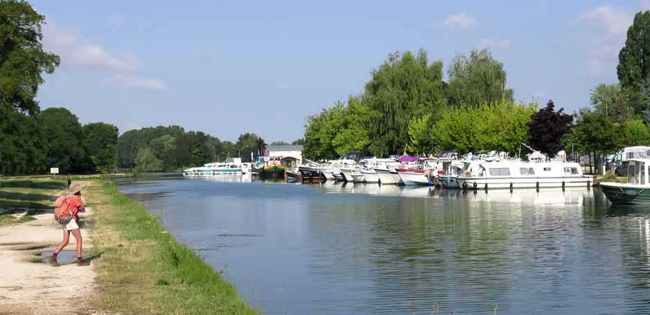 Walking in France: Brienon's boat harbour