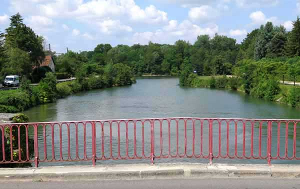Walking in France: Looking in the opposite direction, to where the canal joins the Yonne