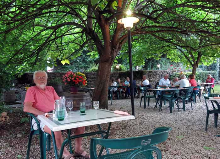 Walking in France: In the beautiful garden of the restaurant le Crecholien