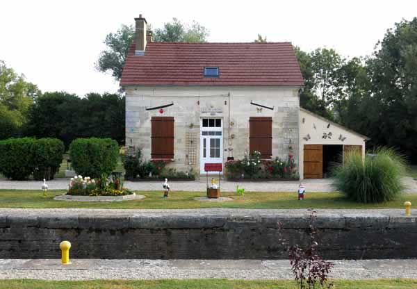 Walking in France: Lock-keeper's cottage at the Écluse de Duchy
